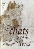 Des chats passant parmi les livres